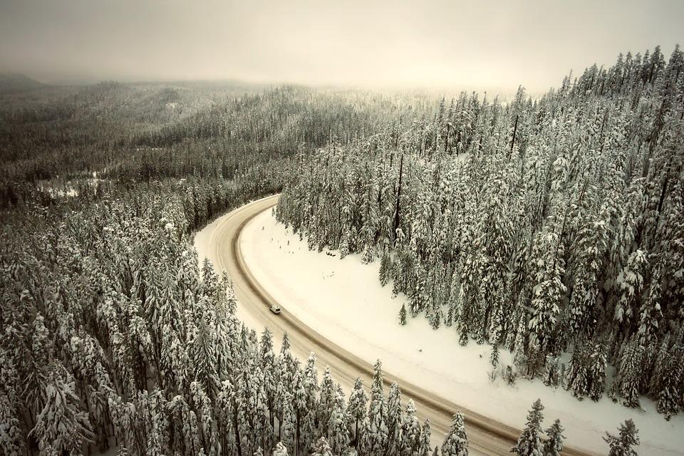 Importantes chutes de neige ce week end sur les Pyrénées. Météo France annonce une couche supplémentaire de 70 cm à 1 mètre à 1500 mètres d'altitude. Le risque avalanche est à son maximum et tous les départements des Pyrénées sont placés en alerte. Le nouvel épisode neigeux qui a démarré ce dimanche va rapidement s'intensifier. Il neigera jusqu'à basse altitude et apportera au cours des prochaines 24 heures de la neige en grandes quantités en montagne : 70 cm à 1 m à partir de 1500 m d'altitude sur les deux tiers ouest de la chaîne, moins ailleurs. Ces nouvelles chutes de neige, très abondantes, viennent s'ajouter à la neige récemment tombée et encore peu stabilisée. De plus, le fort vent de nord qui soufflera créera de très grosses accumulations. En conséquence, de nombreuses avalanches de neige récente se produiront spontanément, certaines de gros volume. Elles pourraient toucher des voies de communications, des bâtiments ou des infrastructures de montagne. Le pic d'activité attendu se situe durant la matinée du lundi 16.