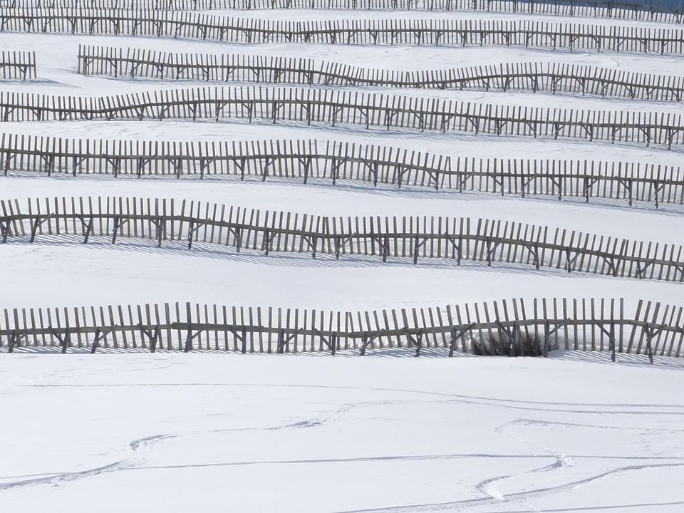 Fort risque d'avalanche en montagne. les Hautes Pyrénées en alerte jaune