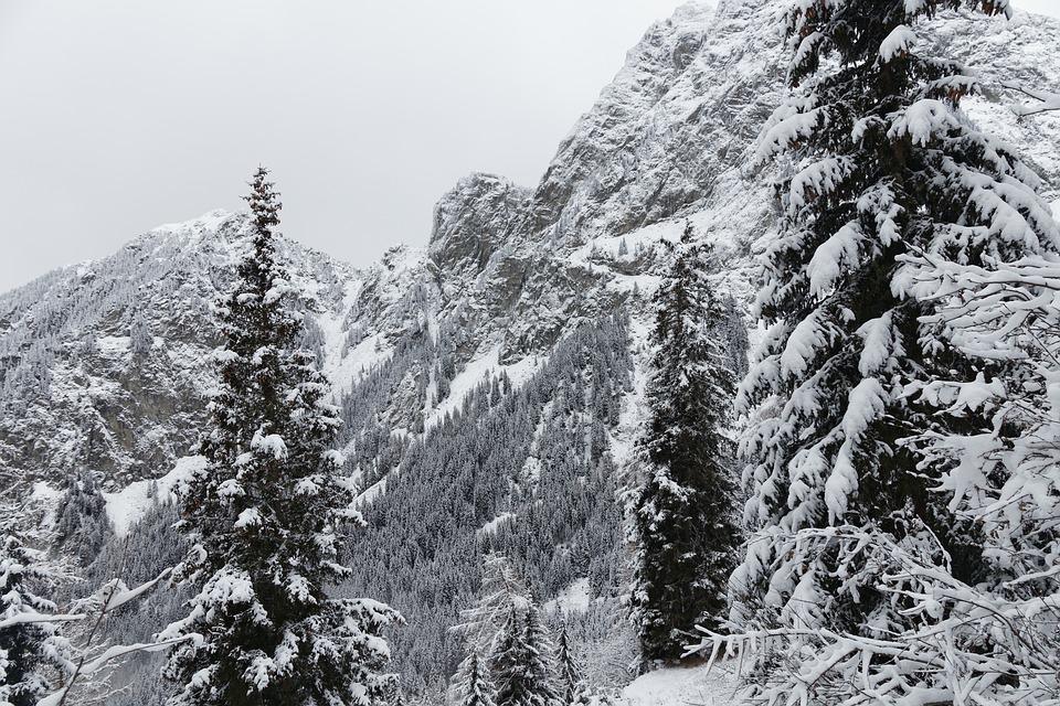 Neige sur les Pyrénées et risque d'avalanches