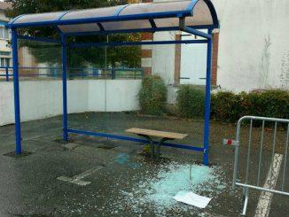 Soupçonnés d'avoir brisé un abribus, 4 jeunes arrêtés à Vic en Bigorre
